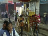 Свадебная процессия в Варанаси, штат Уттар-Прадеш, Индия.