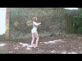 Маша в коротких белых шортиках у стены