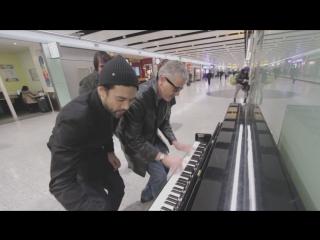 Буги вуги на пианино в аэропорту