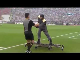 На финале Кубка Португалии мяч судье доставили в полете на дроне