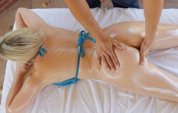 Сочная женщина достигает оргазма с массажистом
