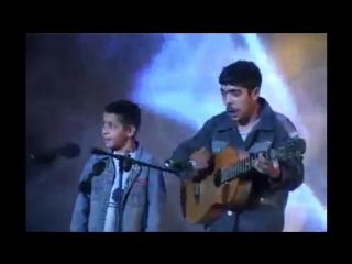 Два цыганёнка поют
