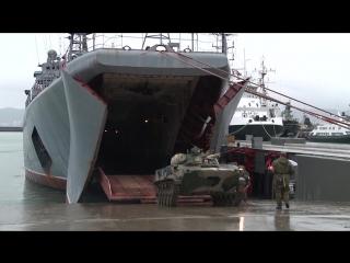 Погрузка техники ВДВ России на БДК Черноморского флота «Цезарь Куников» в ходе командно-штабного учения