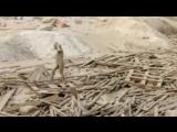 Женщина выбралась из грязи в Перу