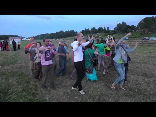 Люди танцуют на ЖизниГраде 2016