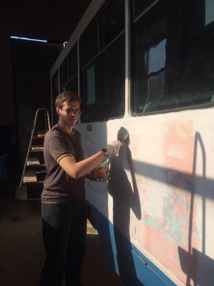 В Таганроге молодые парламентарии покрасили трамвай к юбилею области и 85-летию «ТТУ»