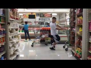 Когда в супермаркете крутая музыка.