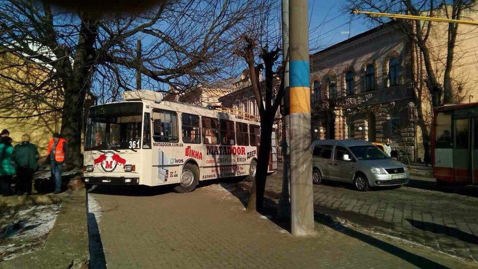 На Головній у тролейбуса відмовили гальма (ОНОВЛЕНО)