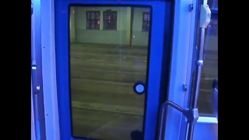 Drinnen im Wagen der Bahn NGTW6 im Strbf. Angerbrücke in Leipzig. Bestrafung einem Fahrgast