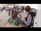 Уличный музыкант классно играет на трубах