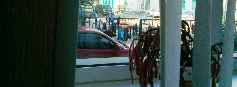 Томские детсадовцы закидали камнями припаркованный автомобиль.