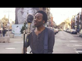 Чернокожий бруклинский музыкант исполнил песню «Все идет по плану»  группы «Гражданская оборона»