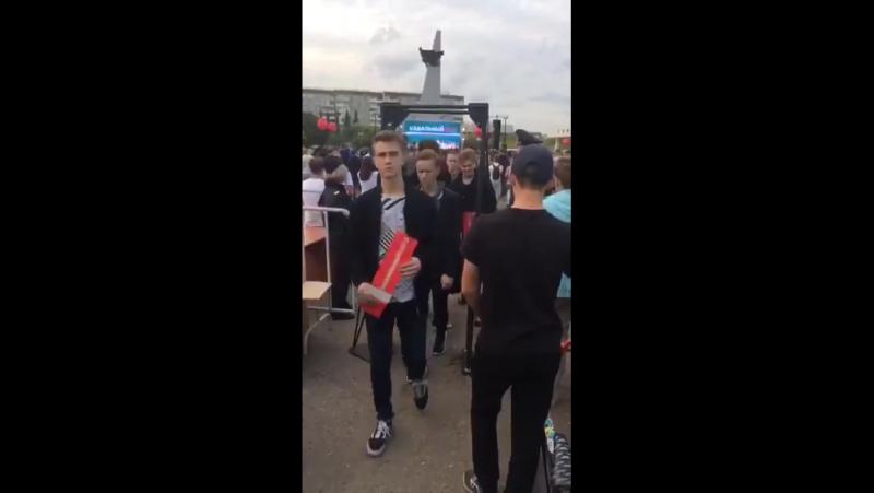 Прямо посреди выступления Навального слушатели уходят с грустными лицами ) Думали, будут 10к евро давать, а тут балабол обыкн
