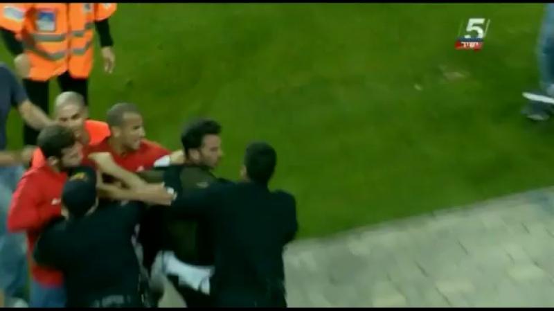 После драки полиция увела футболиста со стадиона в наручниках