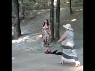 Девушка поет в парке Кисловодска