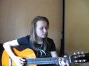 Девушка поёт и играет на гитаре песню Скрипач .