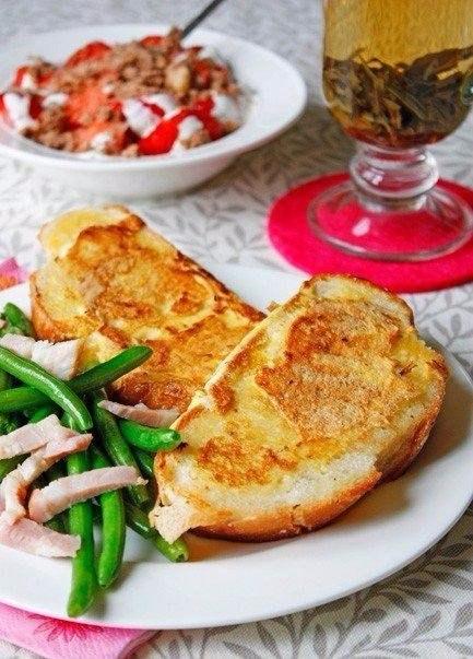 Гренки в яйце Ингредиенты: Батон — несколько ломтиков Яйцо куриное