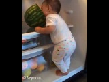 Ребенок ест арбуз!!!