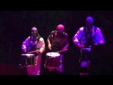 Джош Дан играет на барабанах