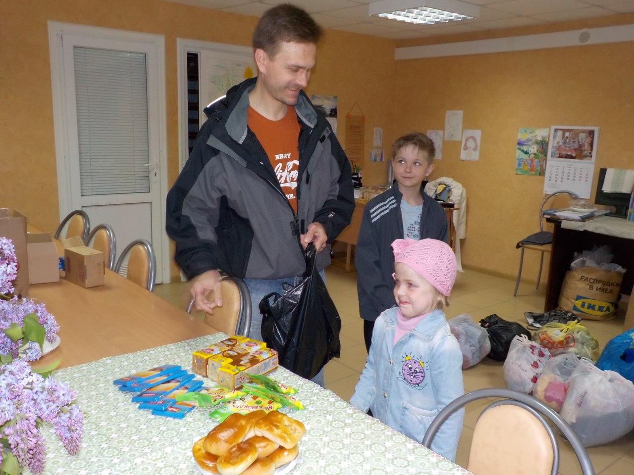 раздача гуманитарной помощи ко Дню защиты детей