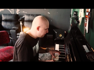 Alexander Popov исполняет Eyes to Heaven на пианино в офисе Armada Music