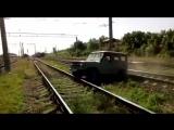 Кто победит: поезд или уазик?