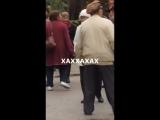 Пенсионеры танцуют под трек