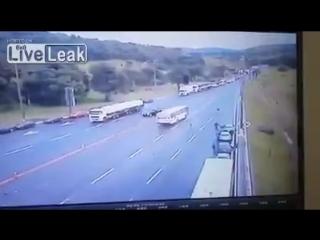 Автобус разбивает блок на бразильской дороге