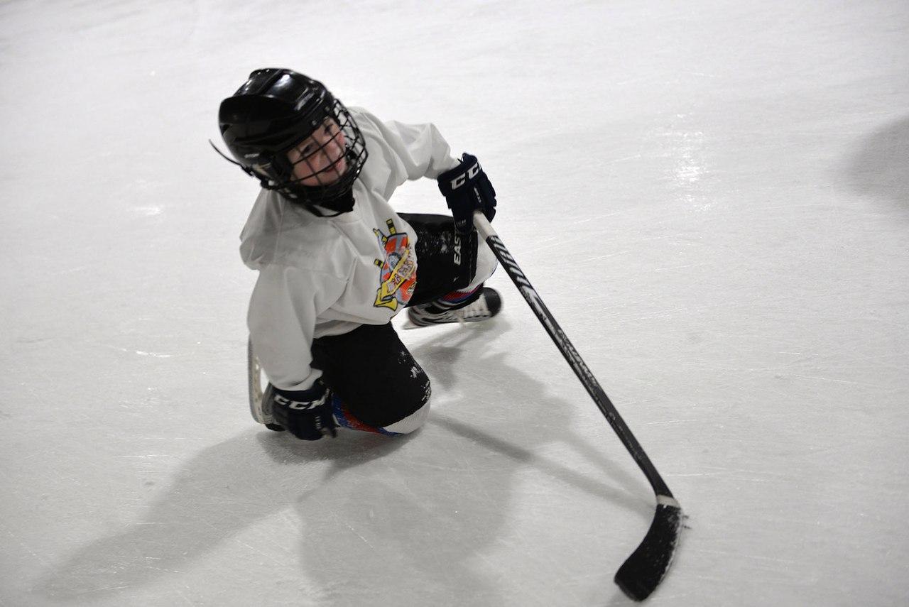 Тренировка по хоккею с шайбой. Каток ТЦ