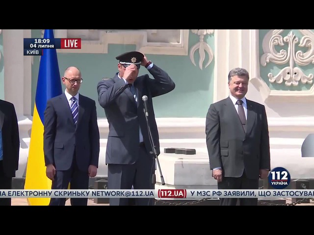 Порошенко и Яценюк смеются над Кличко в фуражке
