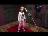 Маленькая девочка поет под Drum and Bass.классно