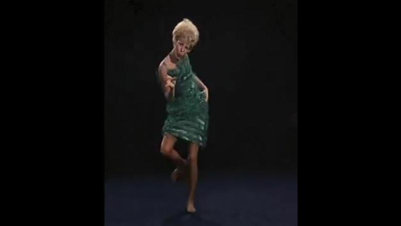 когда паук копошится под платьем!