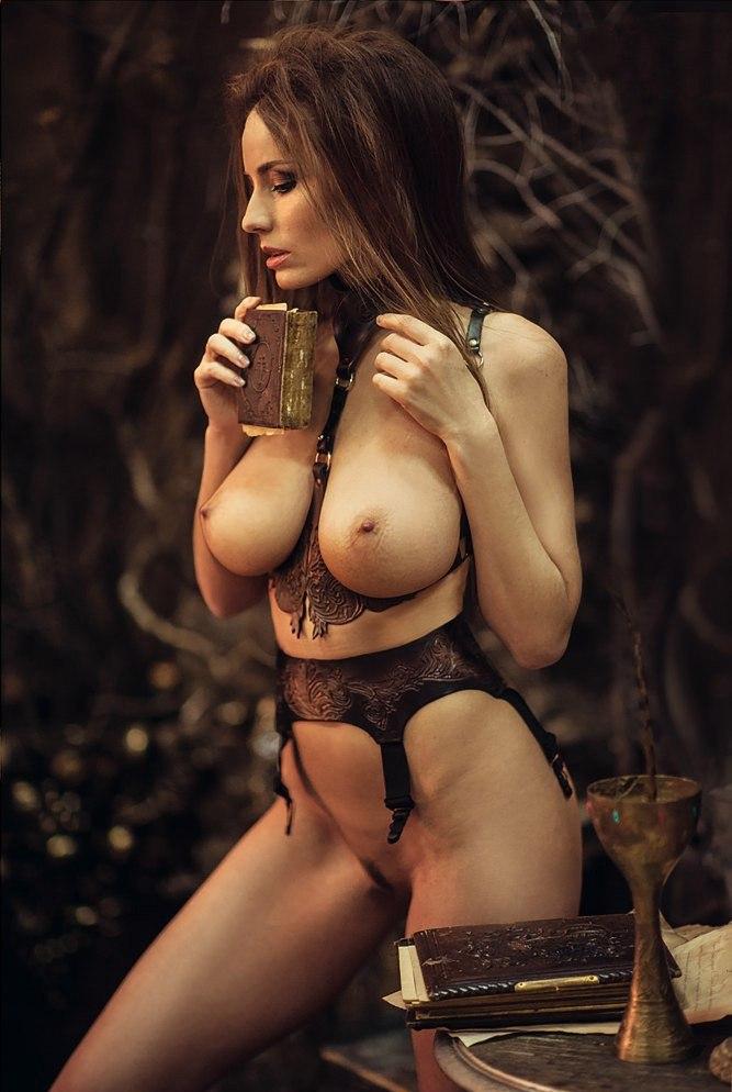Nudefightclub kingitusi ava vs danielle maye