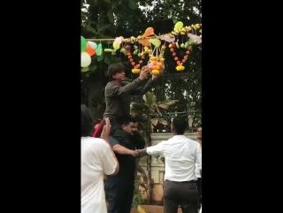 Shah Rukh Khan celebrating at Mannat #jayshreekrishna #radhe 2017