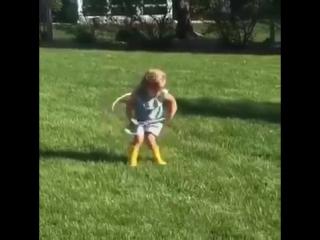 Девочка пытается крутить обруч, это прикол короче