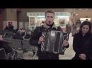 Флешмоб в Москве массовое исполнение песни Распрягайте хлопцы коней на Киевском вокзале