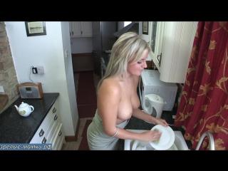 Блондинка домохозяйка моет посуду почти голая мечтая о групповом сексе