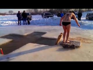 Девушка впервые купается в проруби