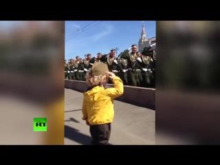 Солдаты приветствуют маленького мальчика на репетиции Парада 9 Мая!