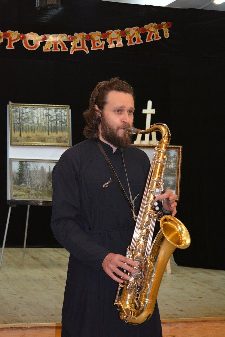 о. Герман сыграл гостям на саксофоне
