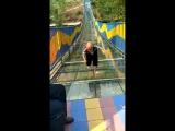 Карлик пытается преодолеть стеклянный мост без поручней