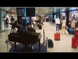 В аэропорту Чампино (Рим) играет пианист