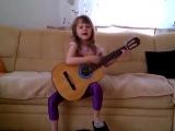 Маленькая-девочка-КЛАССНО-ПОЁТ-и-ИГРАЕТ-на-гитаре--СМОТРИМ-