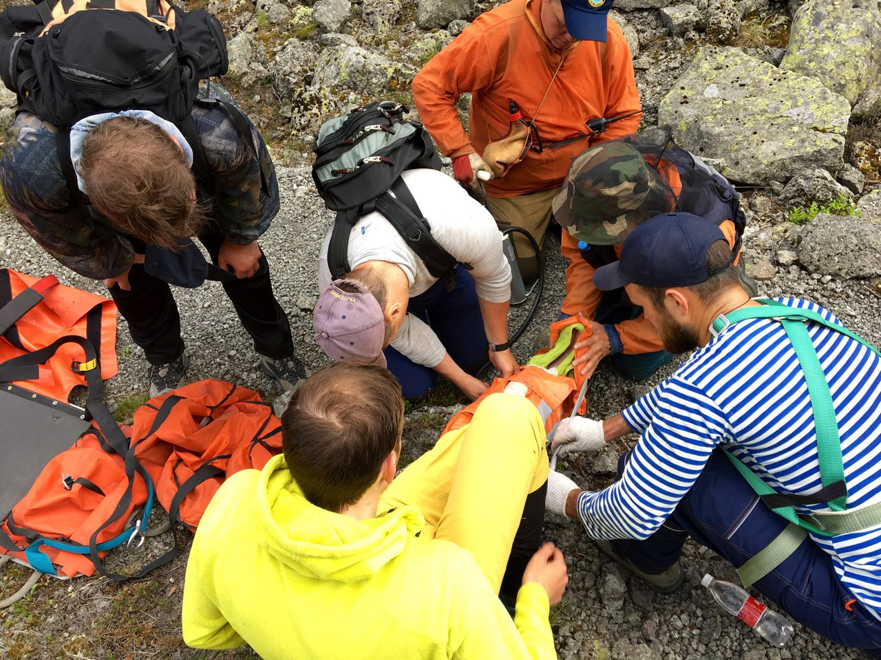 В Хибинах спасатели достали из ущелья альпиниста со сломанной ногой