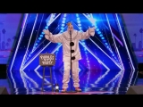 Клоун удивляет зрителей исполнением Sias - Chandelier на шоу талантов