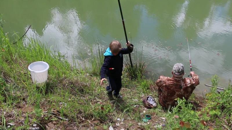 Ярик поймал карасика (первая рыбалка ) 21.06.2017г.