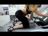 Юные красивые девушки-блондинки с тату в белье на каблуках моют губкой с мылом струёй воды большу дорогу машину порн секс эротик
