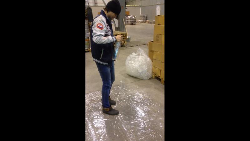 Упаковывание тары на складе пивомана