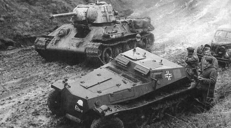 Динамичное фото среднего танка Т-34 Вермахта, проезжающего мимо Sd.Kfz 252.