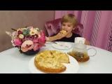Ольга Гажиенко вместе со своим сыном Кириллом готовят яблочный пирог